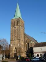 Westfassade mit dem mittig vorgestellten Turm